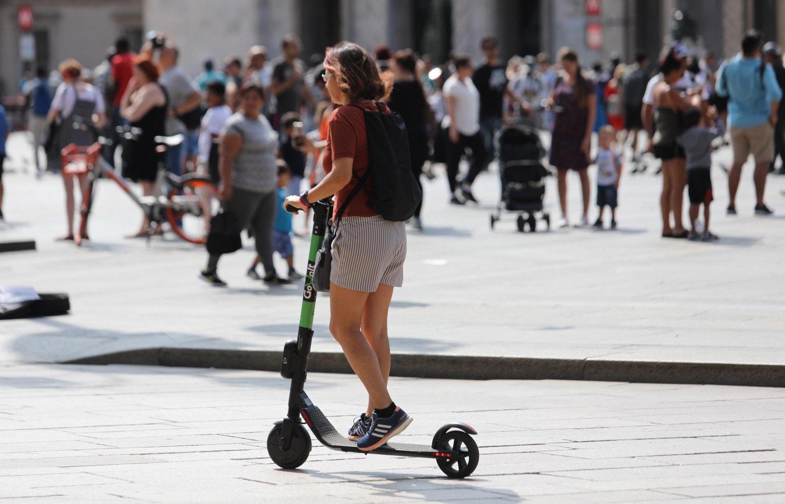 Az elektromos rollerekre kötelező a jogosítvány és a bukósisak